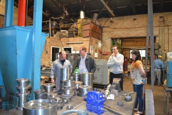 Daniel Behler junto a Walter Weber, Carina Kapeluck y un operario en el taller de la metalúrgica.