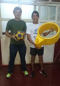 Fabián Romaszczuk, director municipal de Deportes junto a Jeremías Paredes, ambos con elementos de Korfball