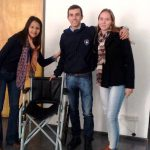 Entregaron silla de ruedas reparada por estudiantes de la escuela técnica