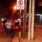 Perdió el control y chocó a dos autos estacionados en avenida Beltrame sobre el lomo de burro