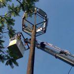 La CELO colaboró con Federación de Colectividades reparando reflectores con nueva grúa