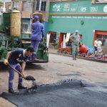 Reasfaltado en calle Rio Negro y obras en caminos terrados