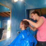 Se capacitó y abrió su propia peluquería