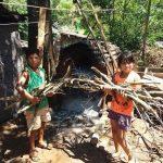 Niños solidarios colaboran con leña para el merendero del barrio