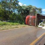 Volcó un camión con yerba mate en la ruta 103 y dejó como saldo solo daños materiales