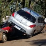 "Oberá: al chocar se ""subió"" a un auto estacionado"