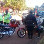 Detienen a un  motociclista que realizaba maniobras peligrosas y embistió a un Policía en Oberá