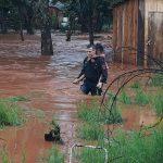 Temporal en Oberá: heroico rescate policial de 5 hermanitos en el barrio Sapucay