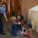 Policías asisten a una madre y a sus hijos menores en situación de calle