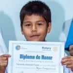 Ganó un año de luz gratis por ser abanderado y donó el premio a su escolta
