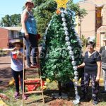 Vecinas de Villa Bárbaro le ponen el toque navideño a la avenida Italia
