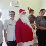 Papá Noel visitó con la Policía Comunitaria a los niños internados en pediatría del hospital Samic