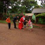 Papá Noel entregó juguetes y golosinas a los niños del barrio Gunther