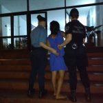 En un gran despliegue policial detuvieron a una mujer y demoraron a tres adolescentes, tras agredir y amenazar a policías en Oberá