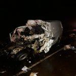 Colisión frontal entre un micro y un utilitario dejó tres muertos