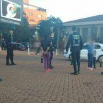 Una mujer que le arrebató a otra un telefono celular, fue detenida por la Policía