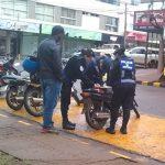 La policía secuestró una motocicleta por falta de documentaciones e investiga su procedencia