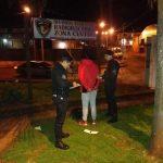 Detuvieron a un joven y buscan a otro que forzaban las puertas de automóviles en un estacionamiento