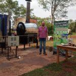 Un misionero creó un reactor que convierte el plástico en combustible