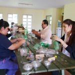 Capacitaron a personal municipal para fabricación de escobas con elementos reciclados