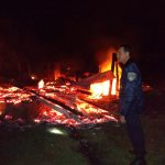 Policías asistieron a una familia que perdió su casa en un incendio