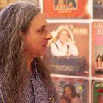 Alan Courtis expone su colección de discos en el museo de la FAyD
