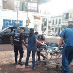 Policías asistieron a un hombre que se descompensó en una plaza