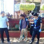 Policías asistieron a un hombre que se desvaneció en una plaza
