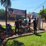La Policía detuvo a un joven que intentó embestirlos con su motocicleta.