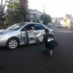 Accidente de tránsito entre una Nissan y un Corolla