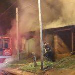 Policías y Bomberos sofocaron un incendio en el barrio Docente