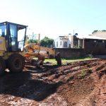 Arreglos de caminos terrados, instalación de tubos y terminaciones en puentes