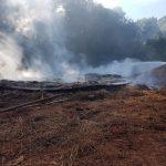 Bomberos de la Policía y Voluntarios sofocaron el incendio de un depósito en Oberá