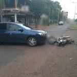 Colisión entre un automóvil y una motocicleta dejó un joven lesionado