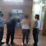 Fueron detenidos por protagonizar una pelea en un bar de Los Helechos: uno de ellos dañó un móvil policial