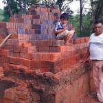 Una oferta de ladrillos expuso el esfuerzo de Moncho para criar a tres hijos con discapacidad en Oberá