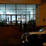 La Policía detuvo a dos hombres por sustraer un teléfono celular de un vehículo