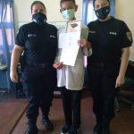 Un estudiante agradeció a los policías por haberlo ayudado a lo largo de su ciclo lectivo escolar