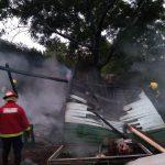 Una vivienda fue totalmente consumida por un incendio y la policía investiga las causas
