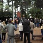 Un centenar de vecinos se manifestaron contra la poda de pinos de La Güemes