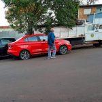 Camión del gobierno de la ciudad hizo trolla con autos estacionados
