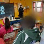 La Policía Comunitaria brindó charlas sobre violencia escolar y como utilizar las redes sociales a alumnos de la Escuela N°472